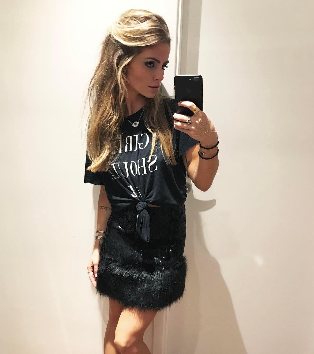"""930 Likes, 5 Comments - Vanessa Siqueira Ribeiro Rodas (@vanessasiqueiraribeiro) on Instagram: """"Tonight's Outfit 🖤 ALL BLACK @tigoficial pra provar que a t-shirt frequenta até o @jeronimo446! 😂…"""""""