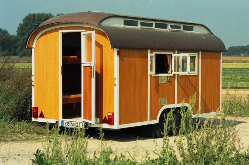 wooden caravan zur ck zur natur nostalgie wohnwagen aus holz haus in mini tinyhaus. Black Bedroom Furniture Sets. Home Design Ideas