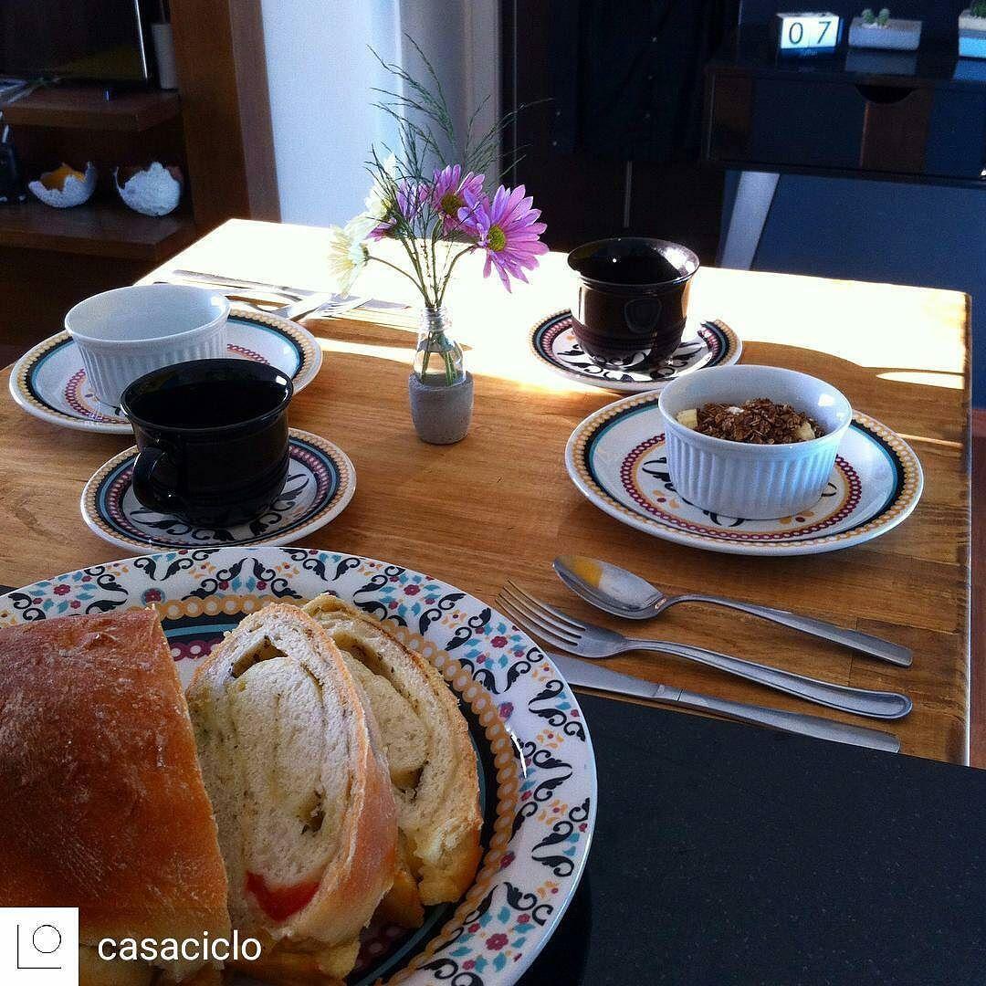 """Quer mais amor do que acordar com uma mesa linda dessa e um pão caseiro lhe esperando? Assim a CasaCiclo acordou hoje! Confira a receita no blog e corre lá na @casaciclo pra se apaixonar pelas peças lindas que eles produzem. (Receita: """"pão simples com queijo reino brisando"""" no Google)  @Regrann from @casaciclo -  Bom dia! Manhã começando caseira por aqui mais tarde dividimos a receita deste pão delicioso porque agora é hora do café!  . Mas já adianto que é receita do @brisandonacozinha"""