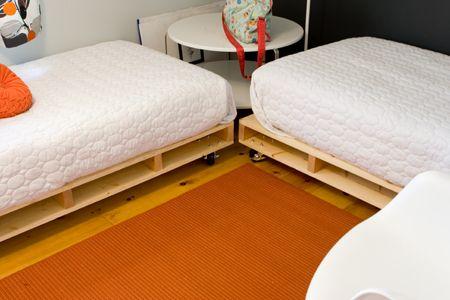 Dos, esquinadas y con rueditas para que se puedan unir si vienen - camas con tarimas