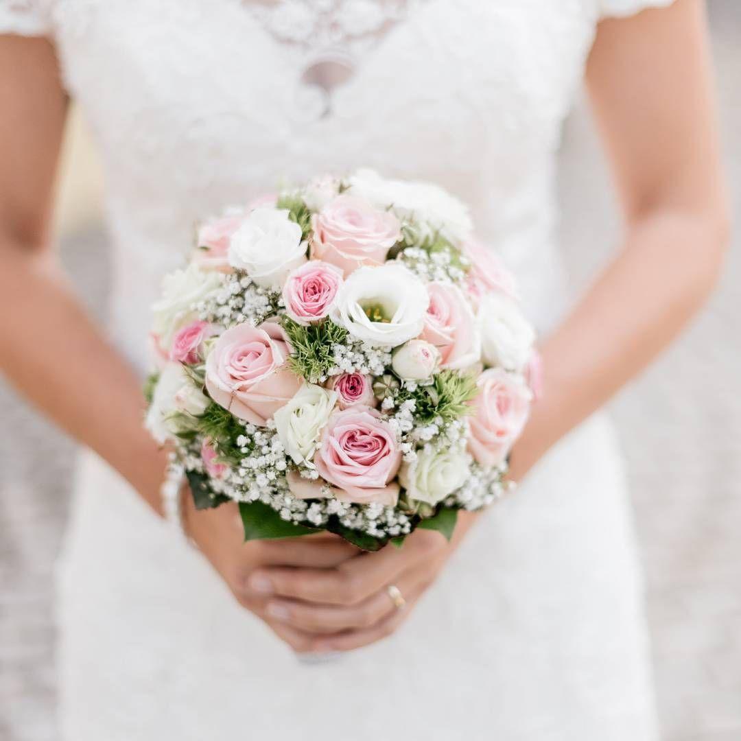 X Bild Von Lise Lotte In 2020 Brautstrauss Weiss Rosa Altrosa Hochzeit Brautstrauss Rosa