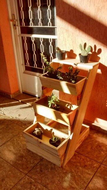 Jardineira para vasos pequenos.