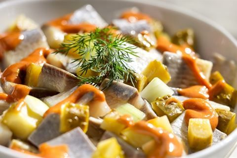 Jeśli jeszcze nie próbowałeś świątecznych śledzi po cygańsku, koniecznie sprawdź nasz przepis na to rybne danie!