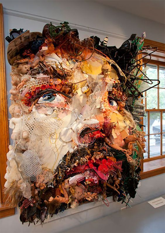 Tom Deininger erstellt aus gefundenen Objekten aus dem Papierkorb großformatige Collagen. | collage aus müll, mischen medien, kunst, zeitgenössische kunst, modernes design, porträt, коллаж из мусора, смешанная техника – Künstler