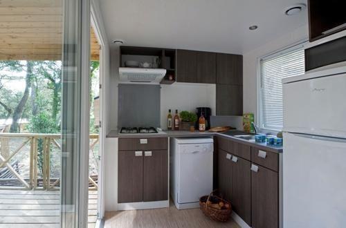 Cuisine quip e d 39 un bungalow en bois avec deux chambres - Chambre d hote avec massage naturiste ...