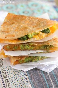 Esta quesadilla toscana de brócoli y queso solo SUENA como algo que lleva mucho tiempo de hacer. | 23 bocadillos fáciles (en serio) que tus hijos amarán