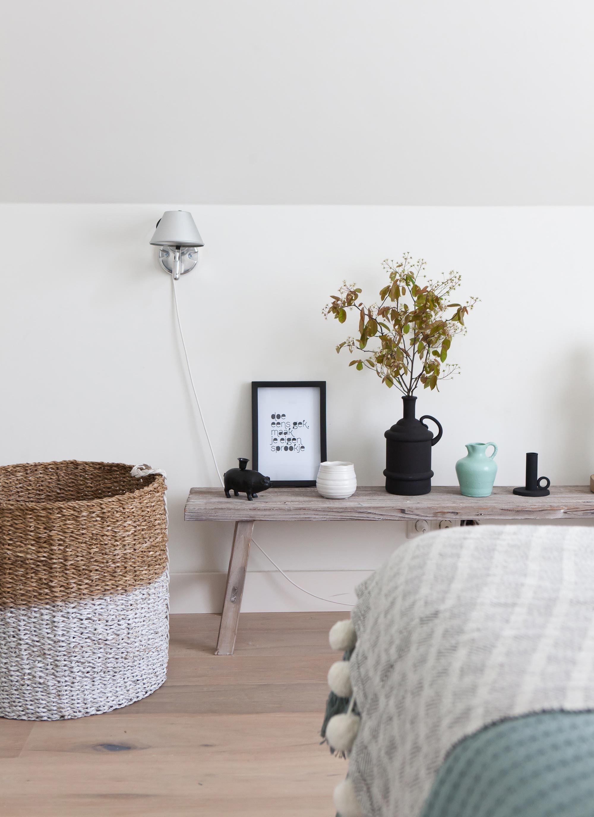 houten bank met accessoires in de nieuwe slaapkamer van bregje en, Deco ideeën