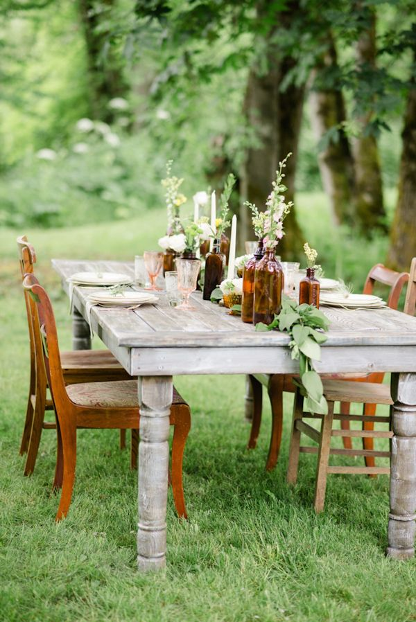 summer wedding table with amber bottle centerpieces | photography by @whiteivory