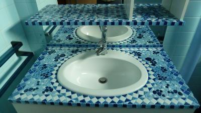 Meuble salle de bain en mosaique ton bleu Création Mosa¯que de
