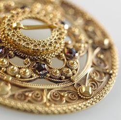 Beautiful detail of Telemark [brooch] made by Hilde Nødtvedt.(Photo: Eva Brænd) // Vakker slangesølje fra Telemark laget av Hilde Nødtvedt. (Foto: Eva Brænd)