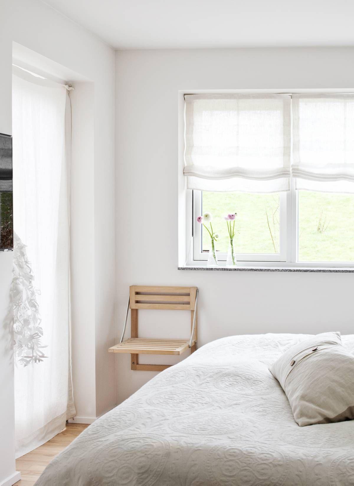 Makuuhuoneesta on käynti takapihalle. Oven vieressä on Ibenin enon tekemä tuoli, joka taittuu kätevästi seinää vasten ja sopii hyvin pieneen tilaan. Tord Boontjen Midsummer Light -valaisin odottaa vielä sopivaa paikkaa.