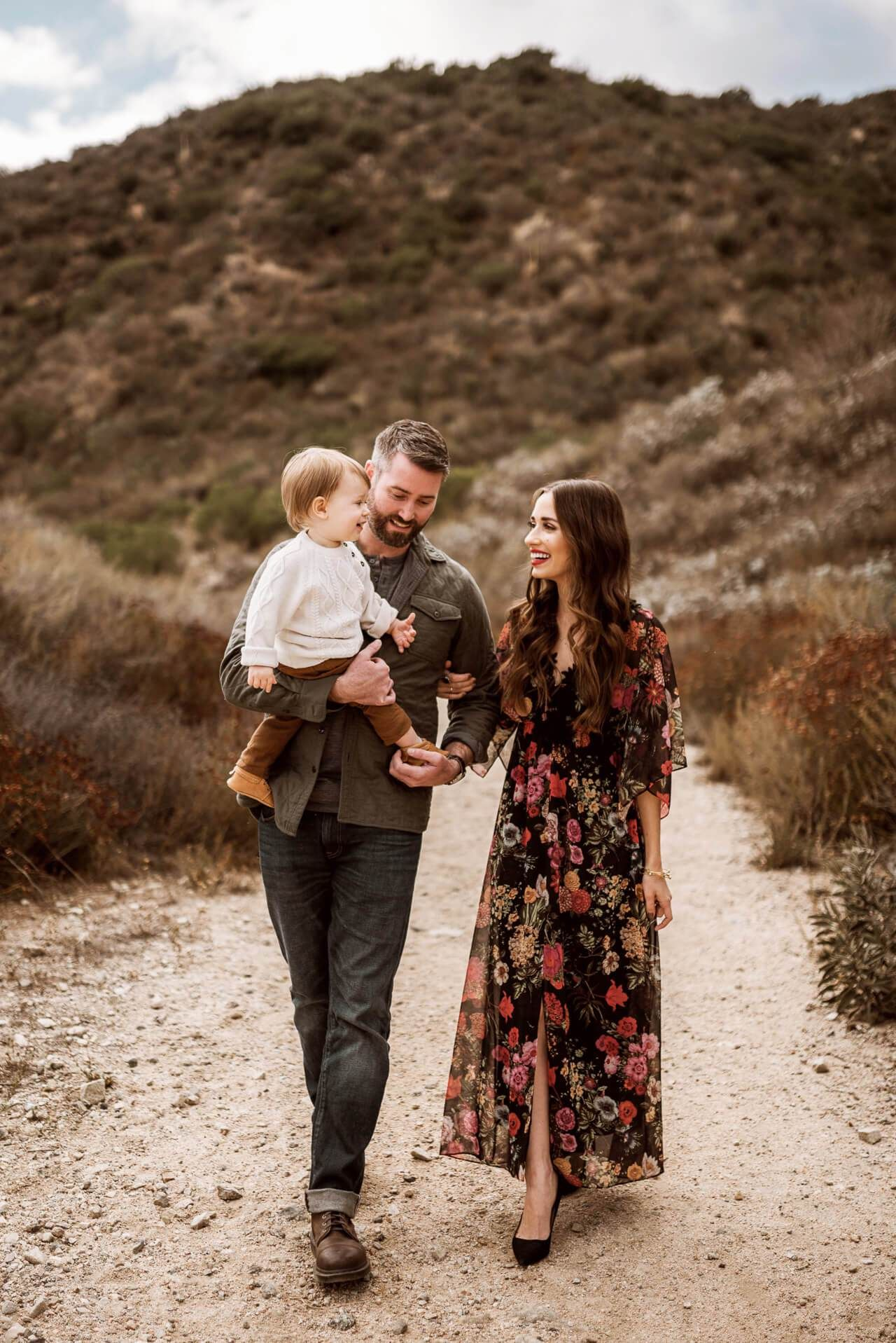 Natural Family Photo Inspiration In The Mountains M Loves M Marmar In 2020 Fall Family Pictures Family Photo Outfits Family Portrait Outfits