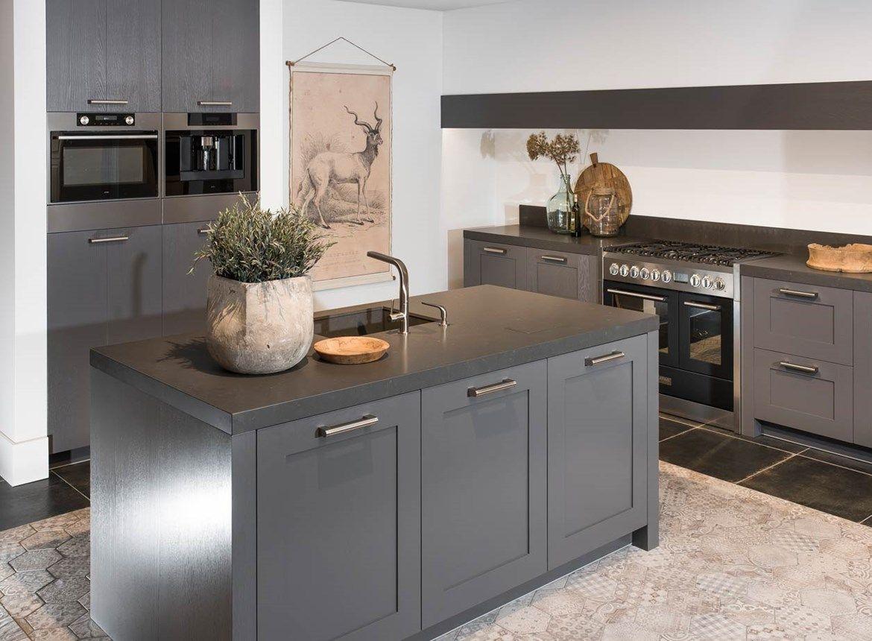 Keuken Landelijk Modern : Grijze modern landelijke keuken met kookeiland en kastenwand