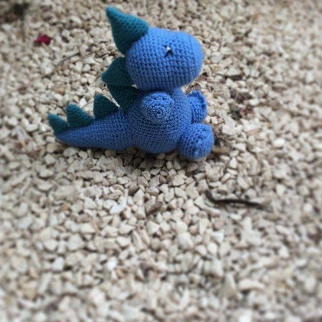 Thebebittos.blogspot.com  Ayer acabamos este dragon, es super gracioso! Mide 18cm y cuesta 20€. Esta hecho con lana merino classic de katia. Perfecto ara regalar o regalarte! #ganchillo #crochet #hechoamano #artesania #amigurumi #dragon #muñeco #azul #regalos #novio #bebe #piedras #alicante #granada
