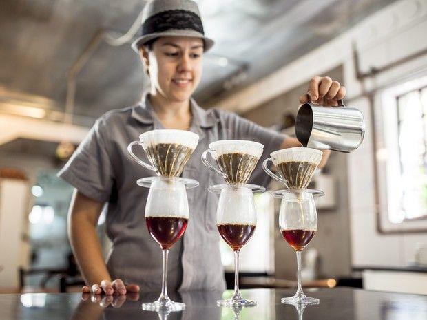Nas degustações montadas no Coffee Lab, cafés coados são servidos em taças de vinho para aerar e ganhar aromas (Foto: Felipe Gombossy / Época SP)