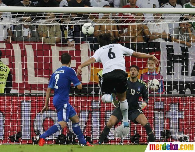 Tendangan Voli Sami Khedira No 6 Pada Menit Ke 61 Gagal Dibendung Kiper Michalis Sifakis Jerman Unggul Sementara 2 1 Atas Yunani Jerman Gdansk Euro