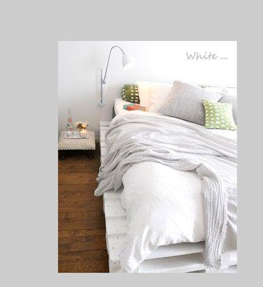 Chambre lit palette en bois peinture blanche - peindre un lit en bois