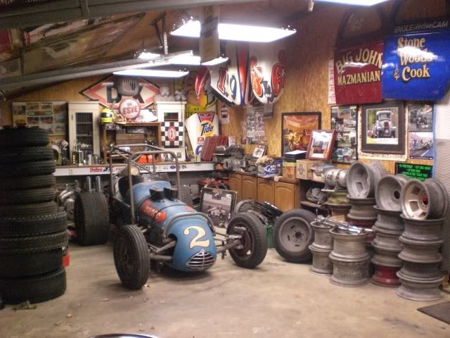 Hot Rod Garage With An Old Usac Sprint Car Notice The Gasser Doors Hanging On The Wall Cool Idee Deco Garage Deco Garage Idee Deco Vintage