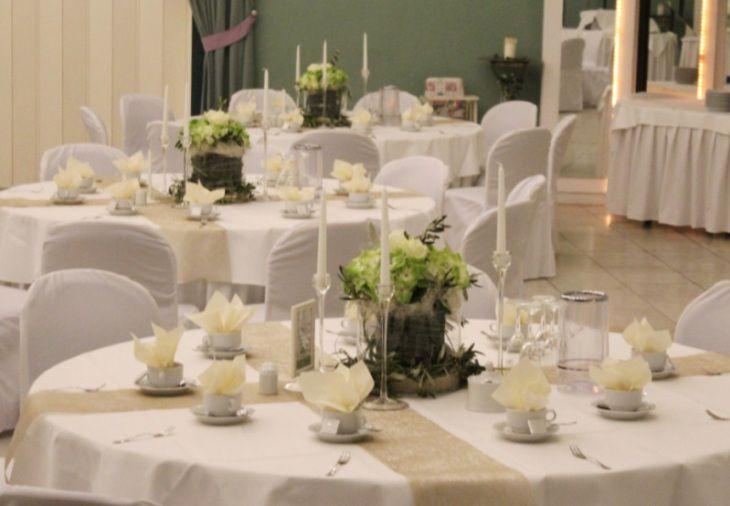 Tischdekoration in Grn Wei Creme Beige und Gold