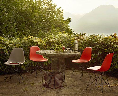 Mit dem Designklassiker in den Garten Eames Chair in