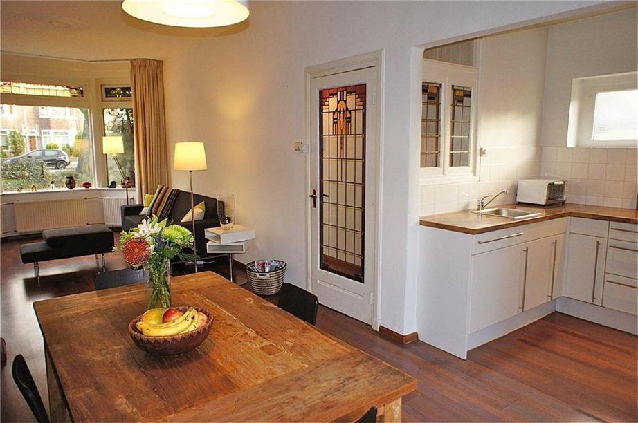 Glas in lood deur in de woonkamer van een jaren \'30 huis in ...