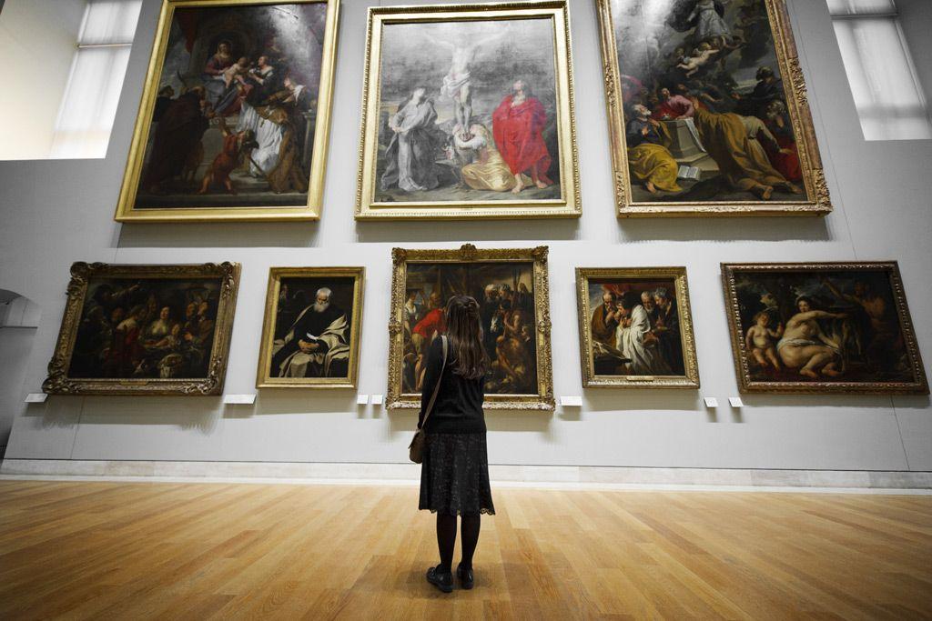 フリー画像素材 人物 女性 後ろ姿 人と風景 博物館 美術館