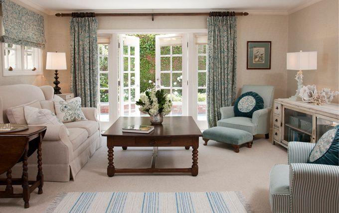 el living ,cortinas estampadas ,un bando espectacular.suave y delicado en un ambiente acogedor