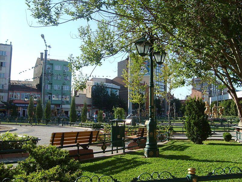 Eskişehir, İç Anadolu Bölgesi'nin kuzeybatısında yer almaktadır. İl merkezi kuzeyinde Mihalgazi, Sarıcakaya ve Ankara, doğusunda Alpu, güneyinde Mahmudiye, Seyitgazi ve Afyon, batısında ise İnönü ve Kütahya sınırları ile çevrilidir.