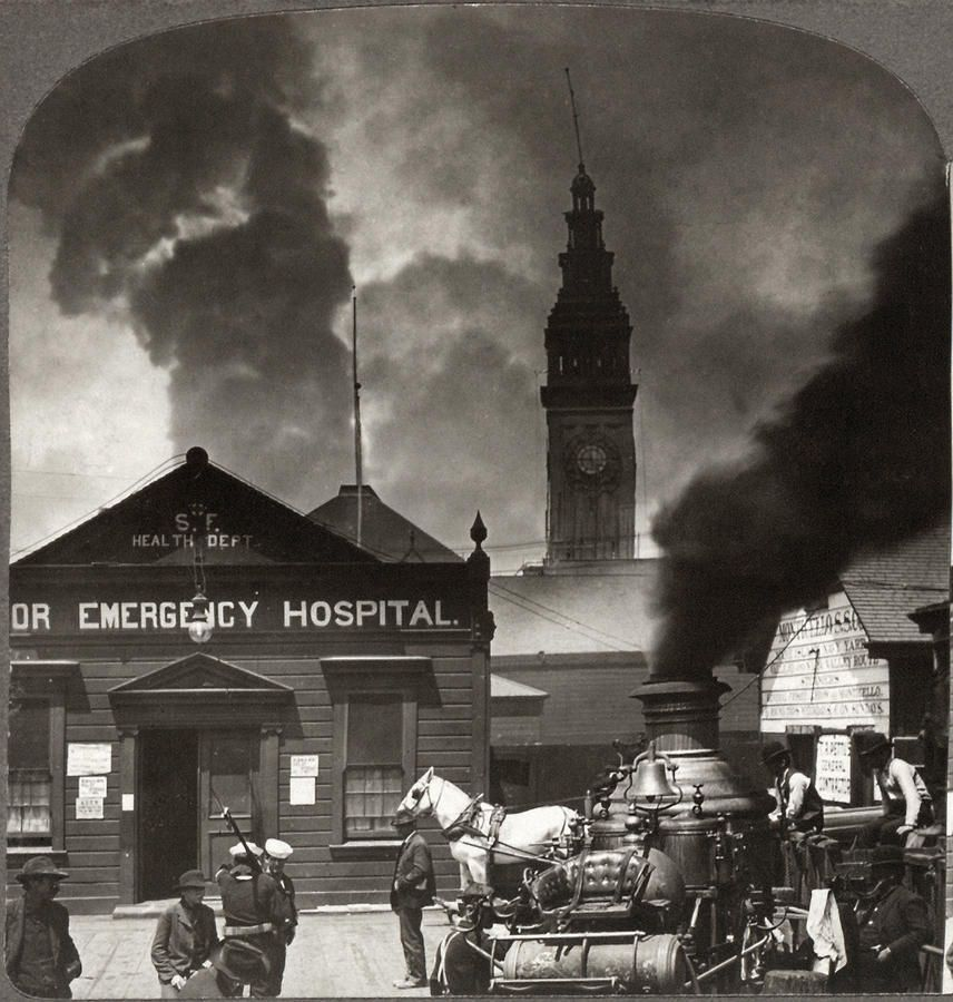 San Francisco Earthquake And Fire Looking Toward The Ferry Building 1906 Over 225 000 Of The City S 400 000 Resi San Francisco Earthquake Photo Old Pictures