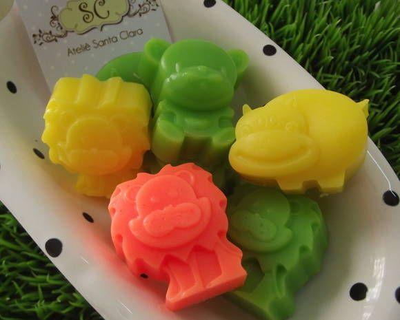 Pacote com 50 unidades de sabonetes variados em 3 modelos em miniatura com safári - zoológico.   * Leão - Hipopótamo - Urso*  Caixa com 50 unidades em até 3 cores.  Aroma sugerido: Mamãe e Bebê  Cores disponíveis: azul, verde, amarelo, laranja, rosa, lilás e branco  Dimensões: Leão: 3cm x 3,5cm x 2cm - 15 gramas Hipopótamo: 4cm x 3cm x 2cm - 15 gramas Urso: 3,5cm x 3,5cm x 2cm - 15 gramas  Embalados individualmente em plastico filme.  Prazo de produção: 15 dias R$ 45,00