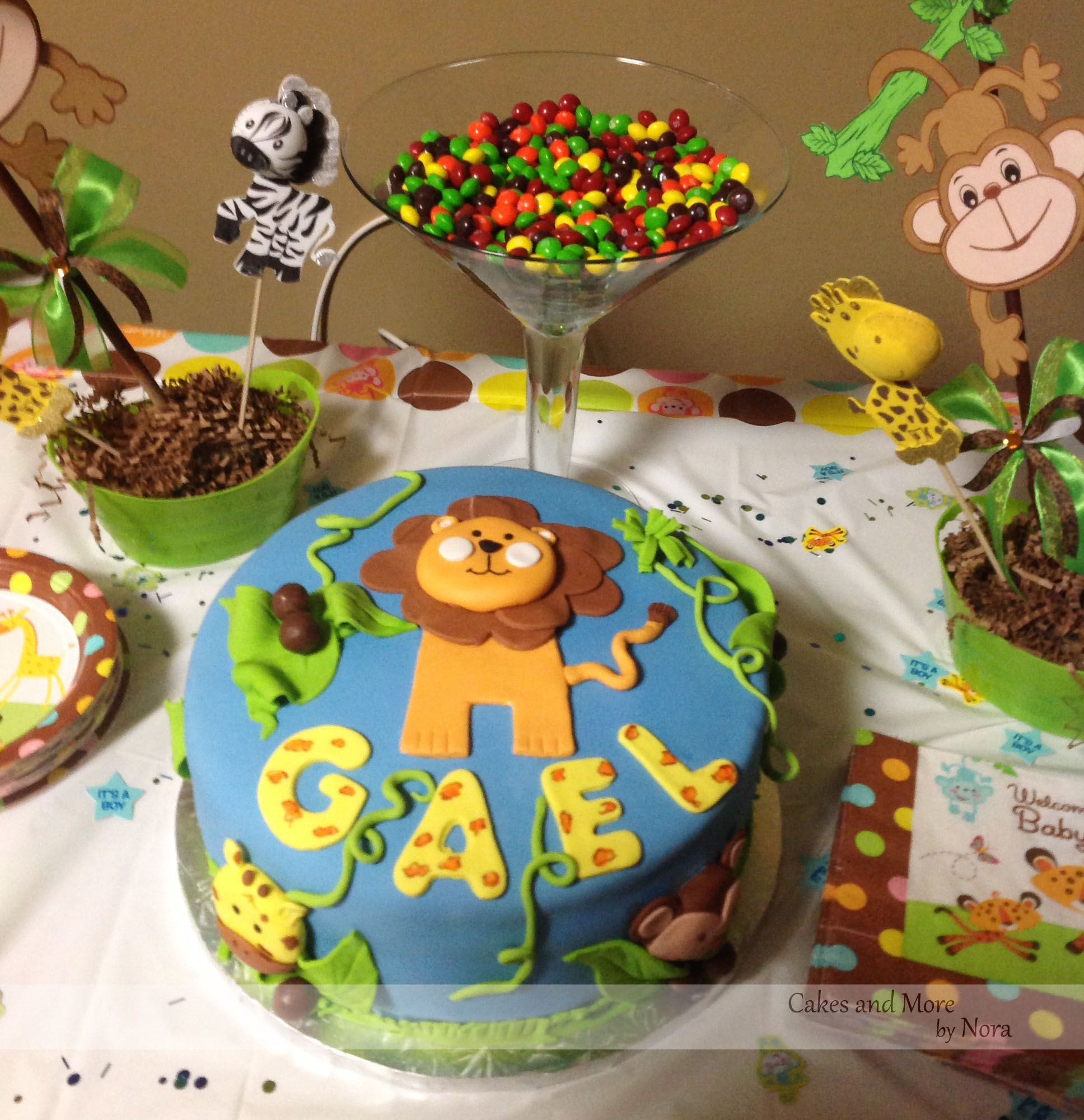 Jungle themed baby shower cake jungle decorations for Baby shower safari decoration