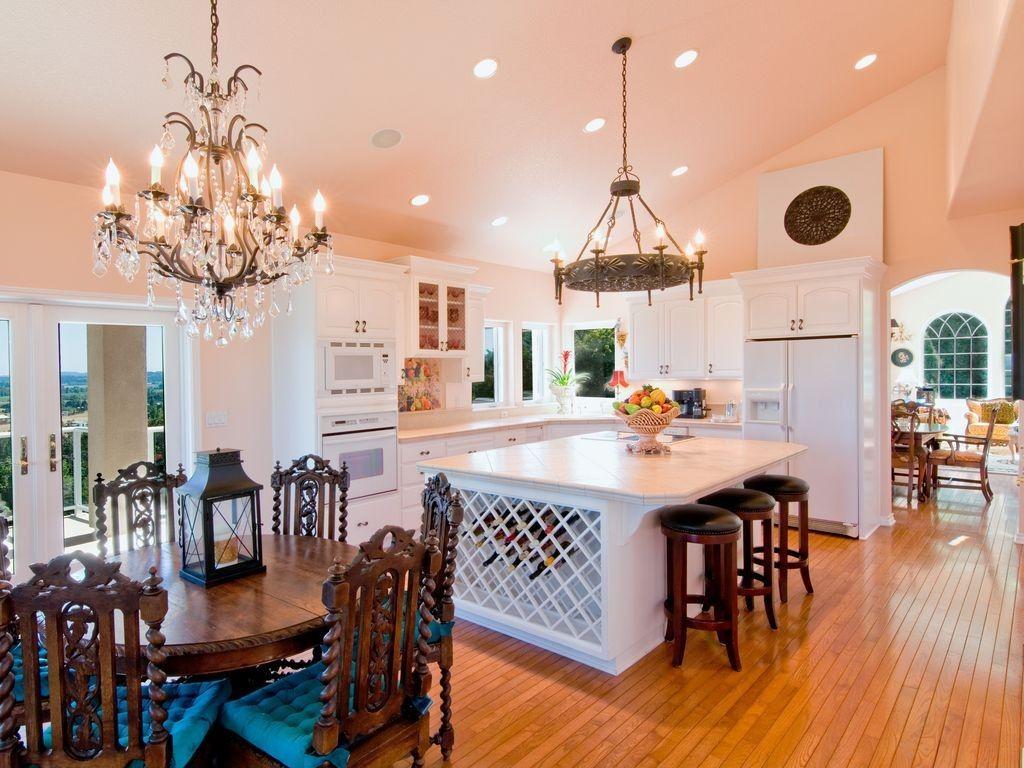 Dieser weiß gemalt offenes Konzept Küche spielt sich seinen ...