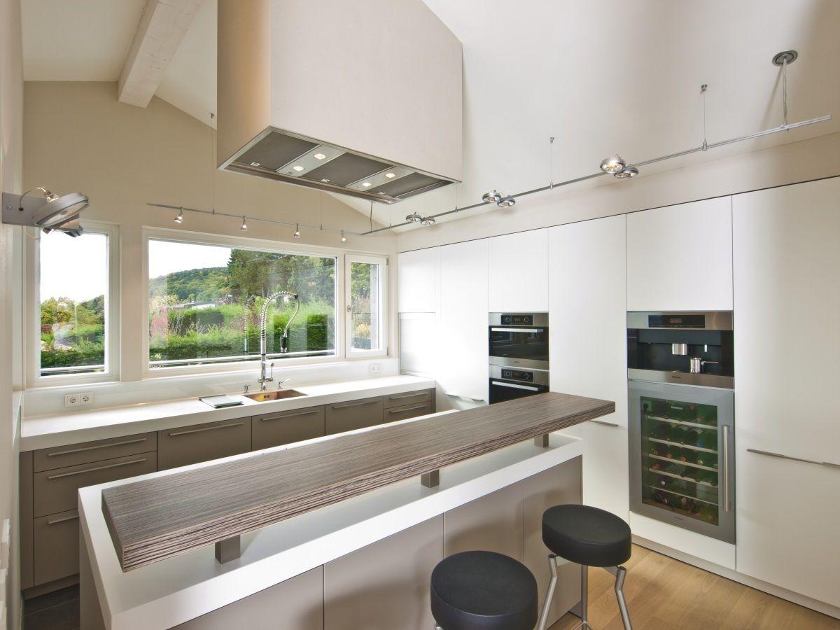 Offene Küche mit Theke und grifflosen Möbeln ...