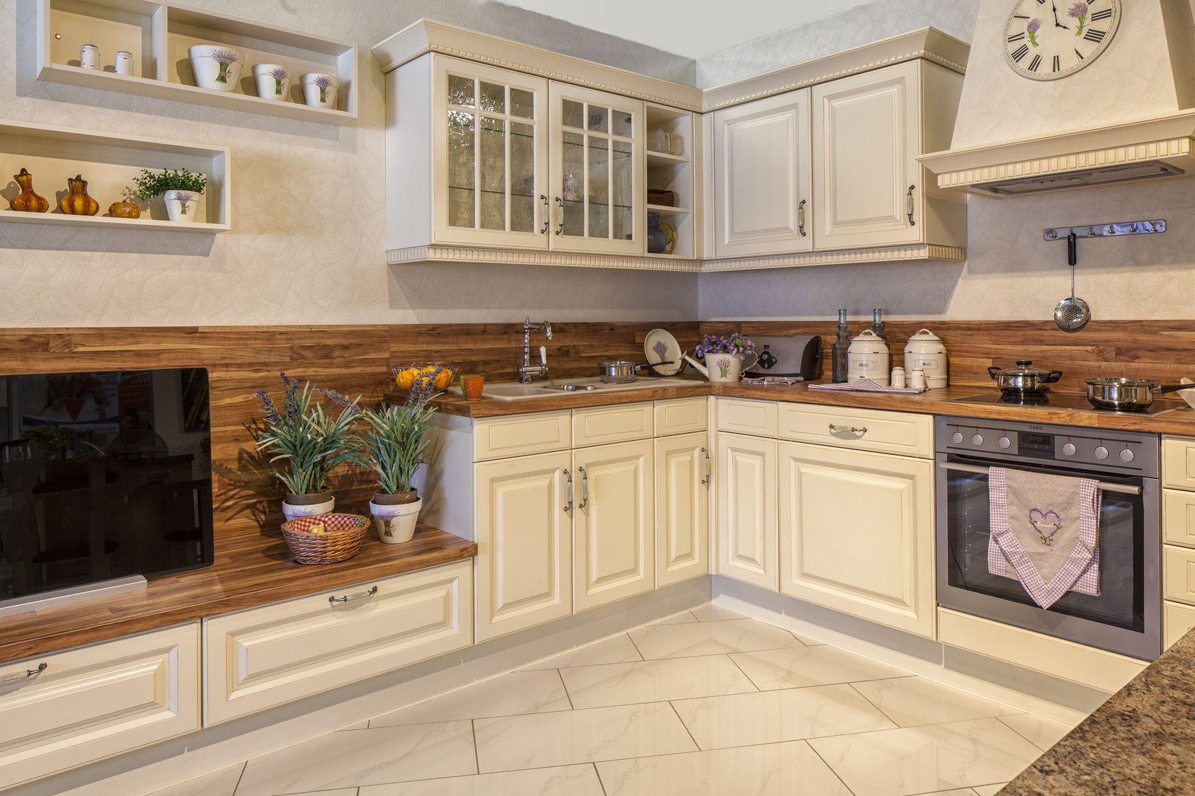 Echtholzküche im französischen Landhausstil Küche in