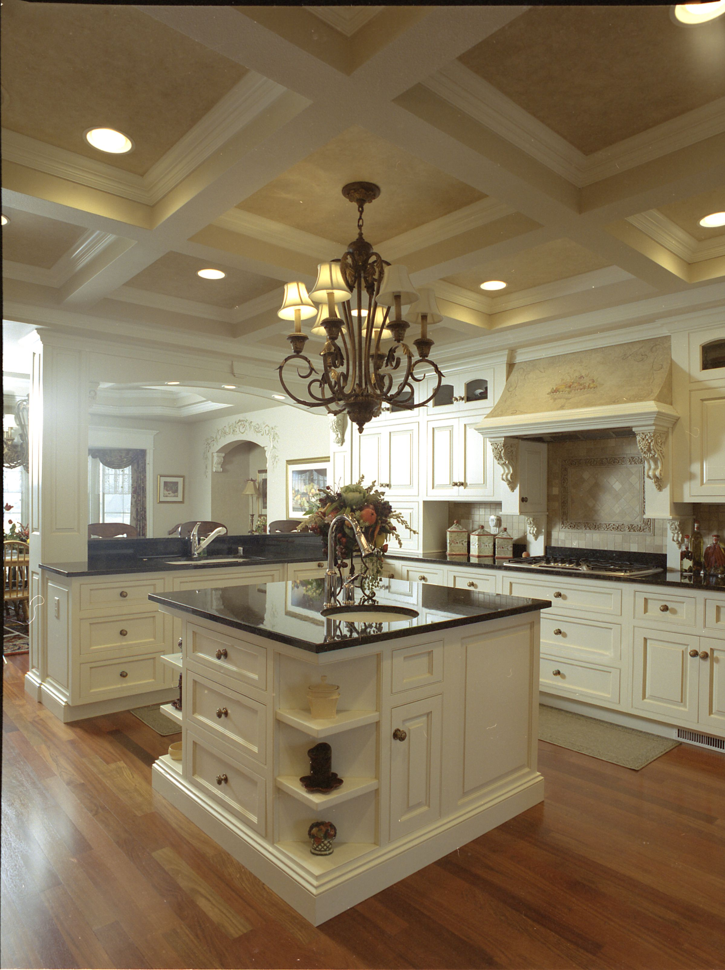 Best English Country Style Grand Kitchen With Glazed Painted 400 x 300