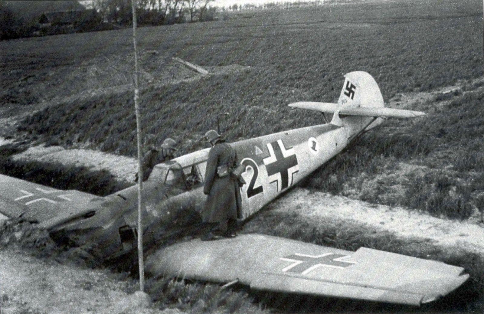 """Original Google-Übersetzung : Fotos Messerschmitt Bf 109 E-3 """"schwarz 2"""" (Werknummer 703) von 2 (J) / LG 2 statt Luik / Lüttich kurz nach der Offensive im Westen am 10. Mai 1940. Dieses Flugzeug ist die Möglichkeit , Bf 109 gehören , Uffz Friedrich Möller, der nach von einer Mission zurückkehrt vom 10. Mai 1940, war gezwungen , eine Notlandung ohne Räder wegen Treibstoffmangel zu machen. """"Emil"""" Dieser eine Standard - Tarnanstrich im Jahr 1940 hat, und das Symbol """"Hut gekippt"""" gehört 2. (J)…"""