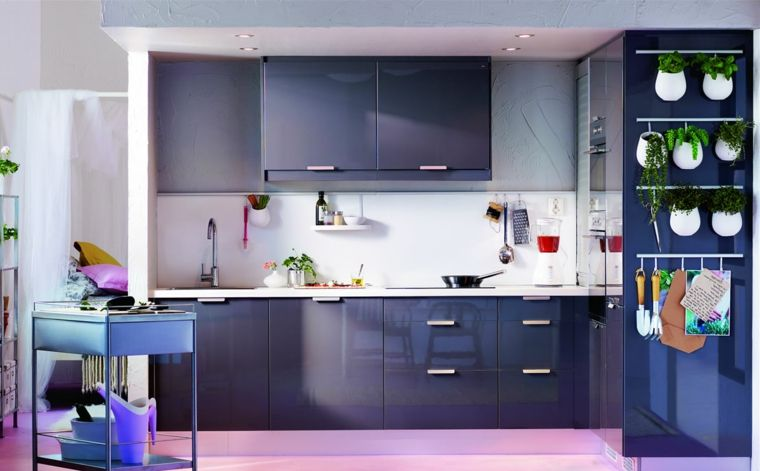 cucina-grigia-arredamento-mobili-ikea-giardino-verticale-erbe ...