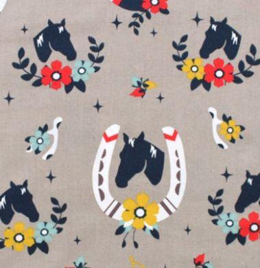 Birch Fabrics(バーチ・ファブリックス)「Tall Tales Buttermilk Shroom」生地通販。「Tall Tales Buttermilk Shroom」は、バーチ・ファブリックスのデザイナー Arleen Hillyer がデザインした馬と蹄鉄柄の生地。シルエットで表現された馬の頭部と、それを囲む様に配置された蹄鉄。周りには可愛らしい花があしらわれています。アメリカらしいガーリーウエスタン調が素敵です。外国のかわいい布生地の品揃え豊富なネットの生地屋さん。