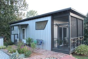 Bitty is a small house of 360 square feet with all the advantages of a large house. It includes a bathroom, fitted kitchen, living room and separate bedroom. On the outside a closed veranda allowing views of the outdoors