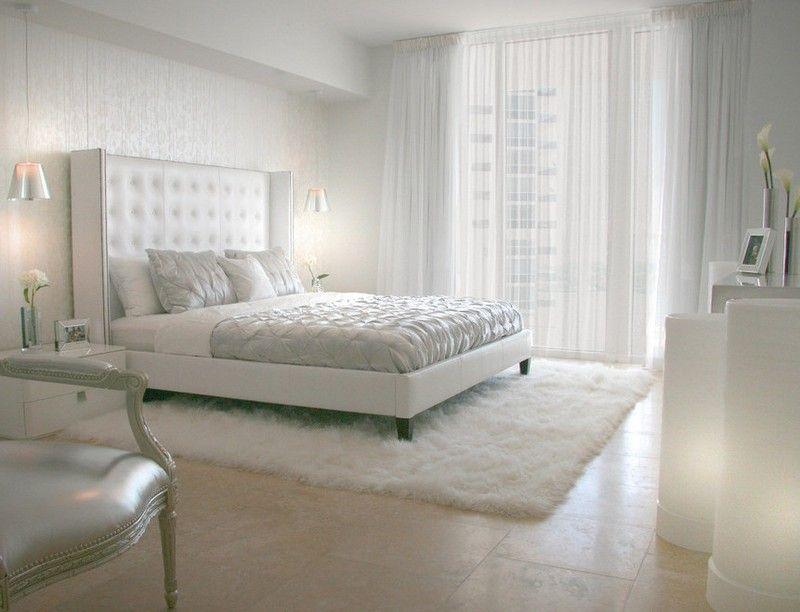 Schlichte Einrichtung mit trendy Look-weiße Wände mit gerahmten