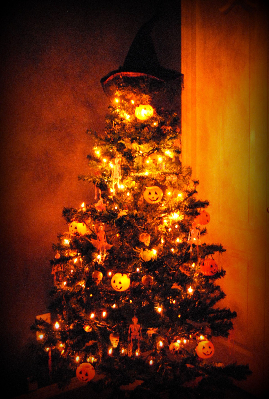 Halloween Tree at night Creepmas ♥ Pinterest Halloween trees - halloween tree decoration