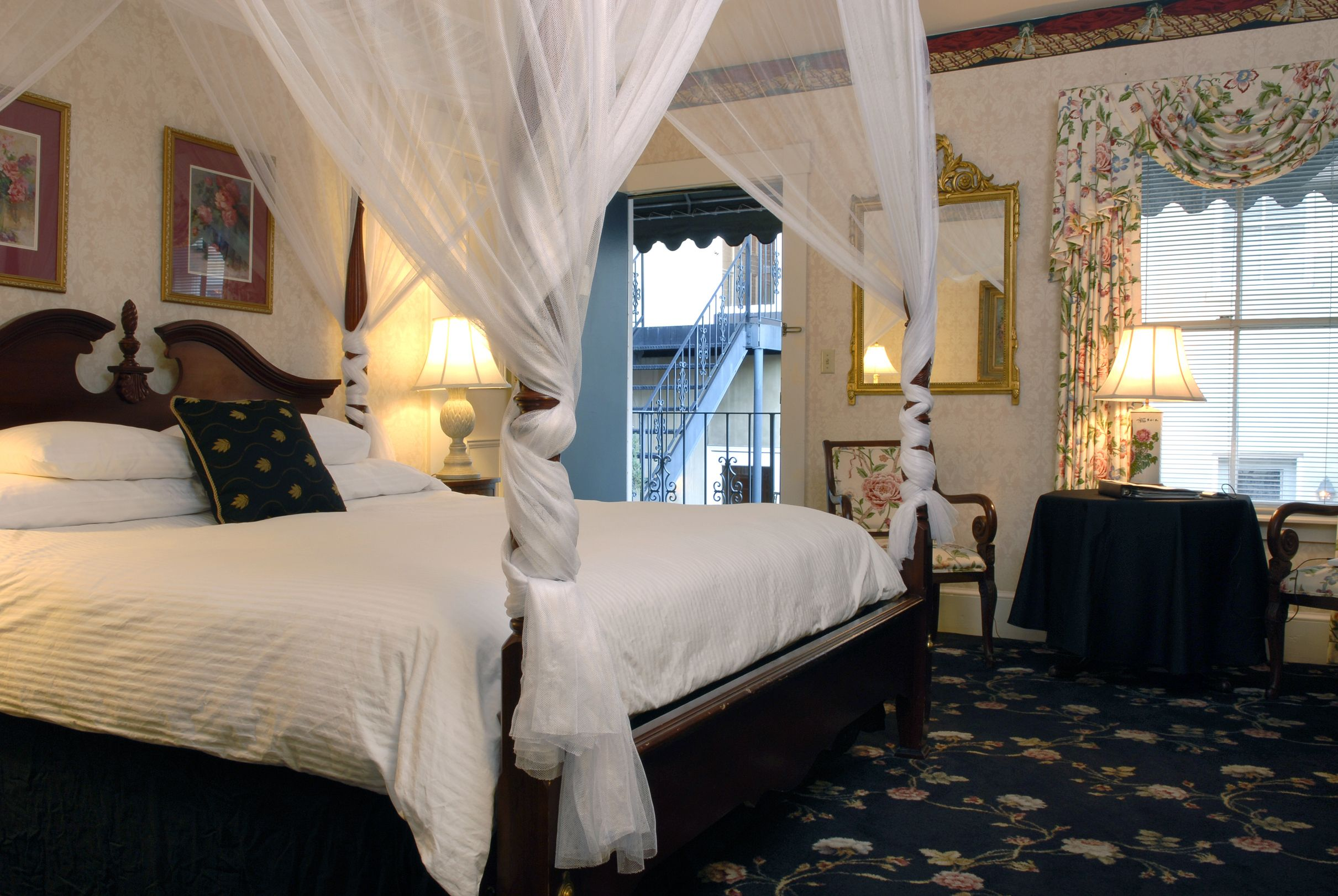 307 BENNINGTON A king size four poster rice bed with