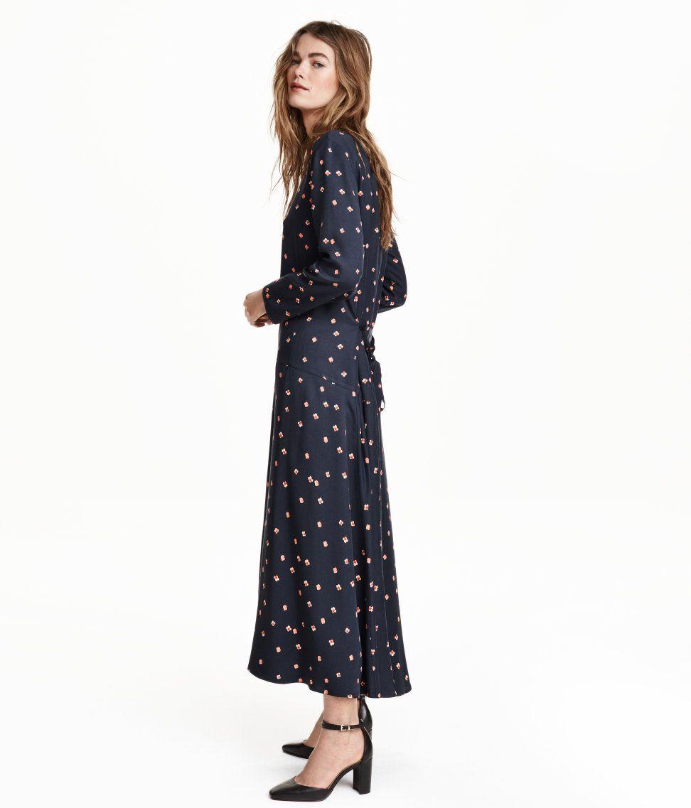 65548d4f71cf En vadlång, mönstrad klänning i blandning av Tencel® lyocell och viskos.  Klänningen har vid passform och är avskuren på höften med vidd i kjolen.  Lång ärm.