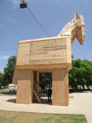 Cualquiera que lo mire piensa inevitablemente en el caballo utilizado por los griegos para traspasar la inexpugnable ciudad amurallada de Troya. Pero este corcel está en La Habana (Cuba) y su barriga no oculta soldados dispuestos a saltar de su interior para matar y saquear. ¿Quiere saber qué oculta en su interior? Entérese aquí: http://ow.ly/bqupu