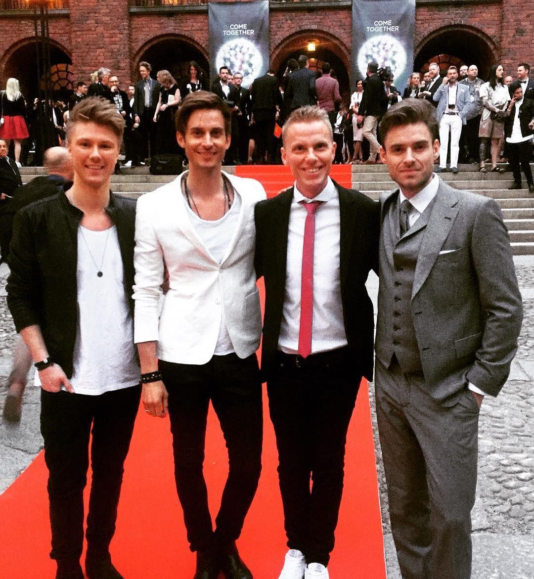 Endnu en festlig aften og nat i Stockholm er begyndt. Her er hele det danske hold på vej til reception på byens rådhus. #denmark12points #soldiersoflove #lighthouseX #eurovision #drgrandprix by oletopholm