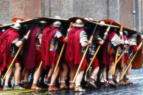 Gladiatori sull'Arco di Costantino… per protesta! http://tuttacronaca.wordpress.com/2013/09/12/gladiatori-sullarco-di-costantino-per-protesta/
