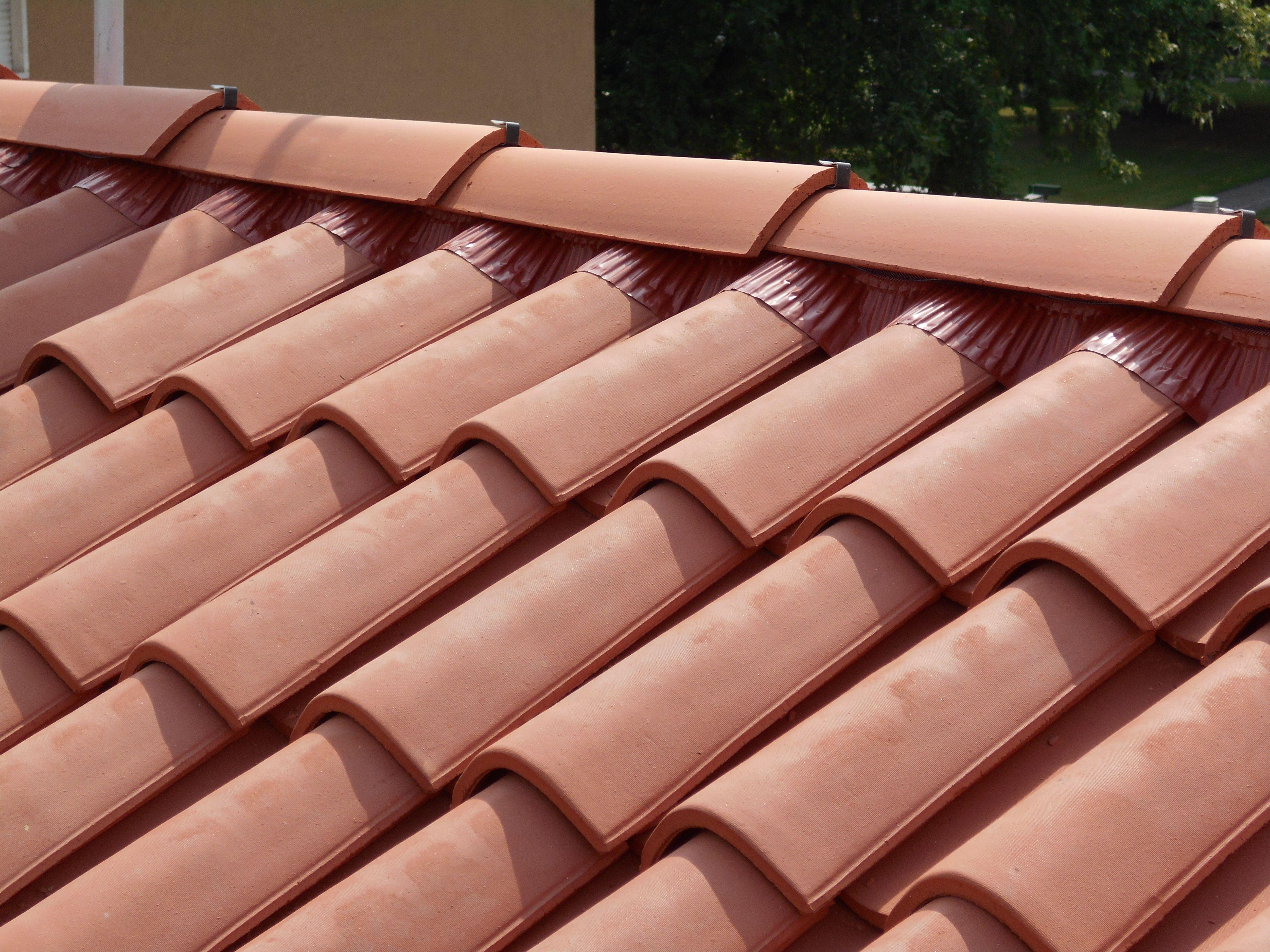 Particolare del colmo ventilato coperture di tegole - Tecole decorate ...