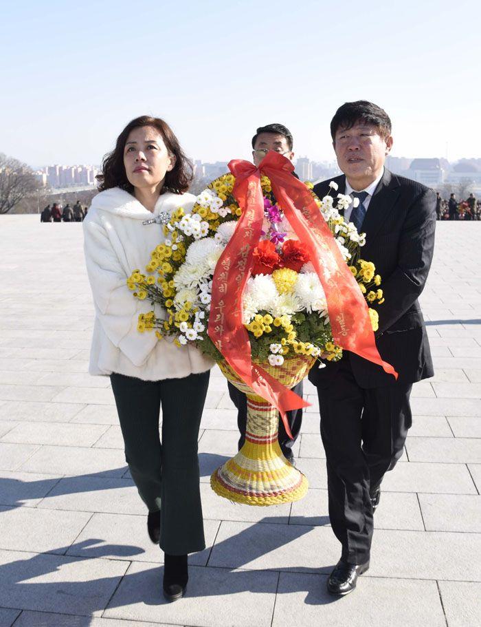 위대한 김일성동지와 김정일동지의 동상에 해외연고자가족들 꽃바구니 진정