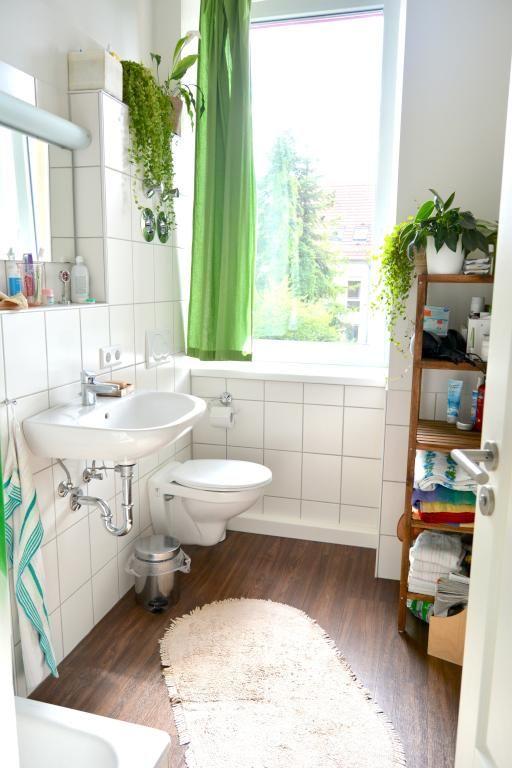 Schönes Helles Badezimmer Mit Boden In Holzoptik, Großem Fenster Und Grünen  Akzenten. #Badezimmer