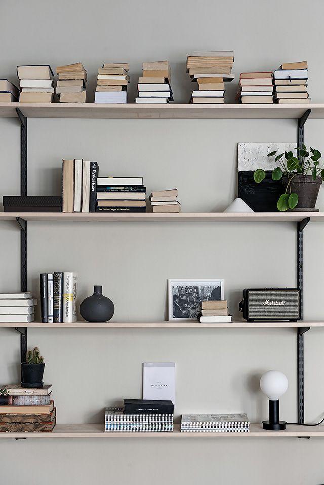 bucherregal regal konsolen holz schwarz wadfarbe hellgrau beige bucher deko vasen wohnen einrichten dekorieren skandinavisch modern minimalistisch schlicht